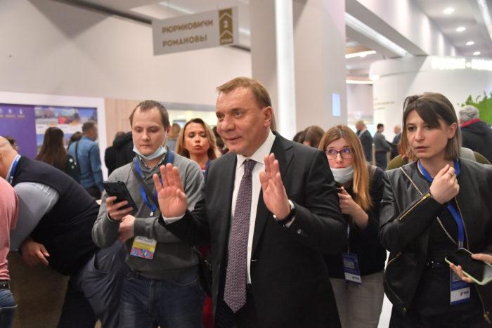 Обход выставочной экспозиции почетными гостями 24.03.2021